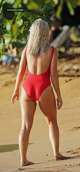 Katy Perry afbilledet i en rød Badedragt under optagelse af en ny-5955