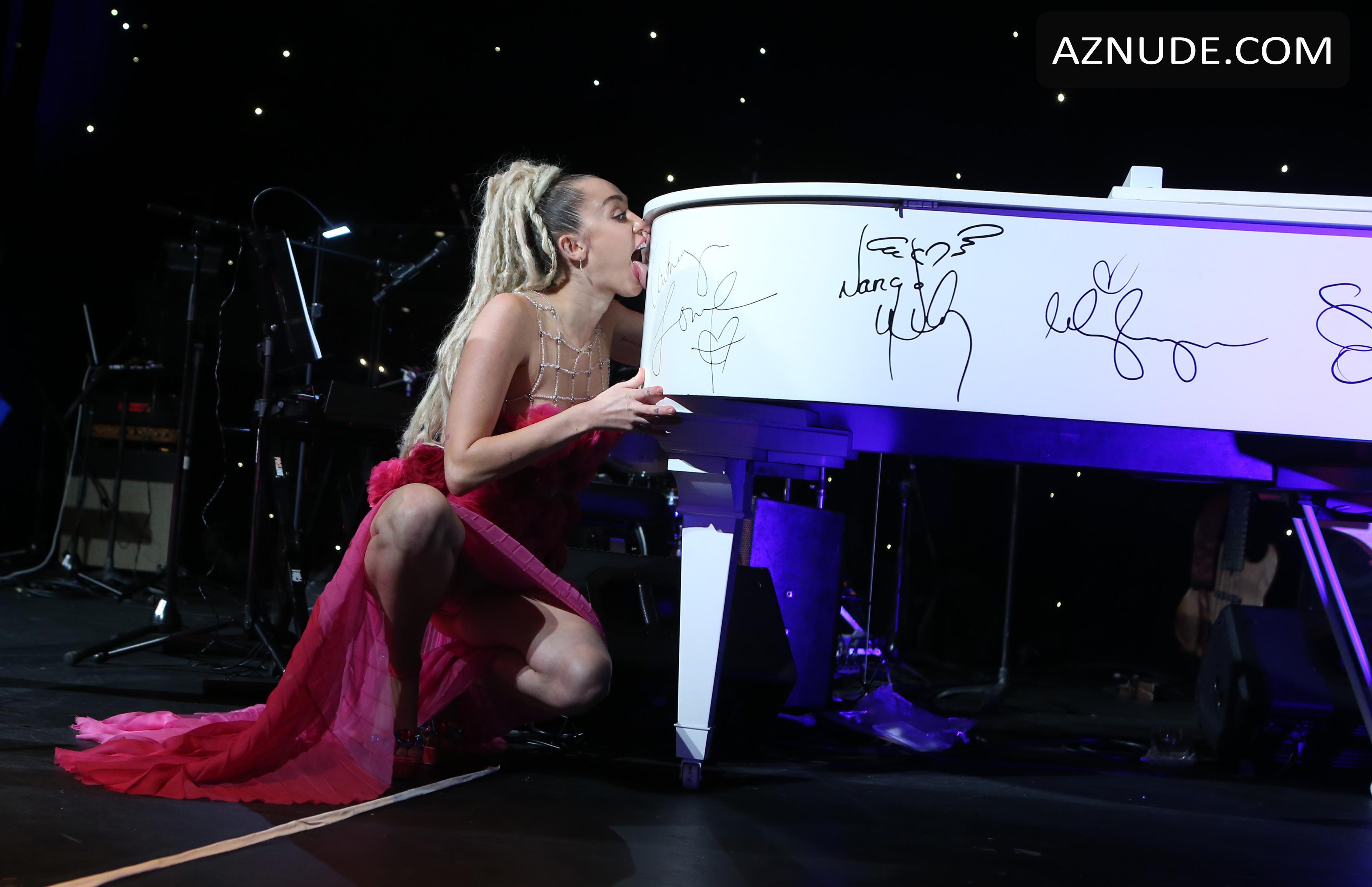 Topless Miley Cyrus Nude In Concert Jpg
